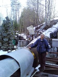 Durch das riesige Rohr wird das Wasser zu den Turbinen geleitet
