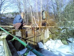 Mit Hilfe des elektrisch betriebenen Tors kan n Johannes regulieren, wieviel Wasser fließe n soll