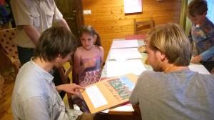 Im Kunstunterricht gestalten die Kinder Kalender, auf die sie mächtig stolz sind.